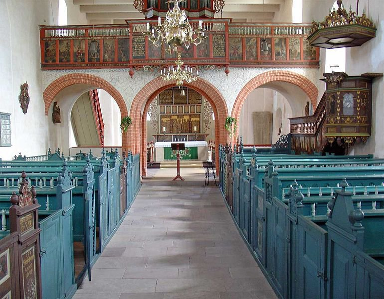 Kirche Buttforde. Foto: Gouwenaar  https://commons.wikimedia.org/wiki/File:Interieur_Mariakerk_Buttforde.jpg?uselang=de