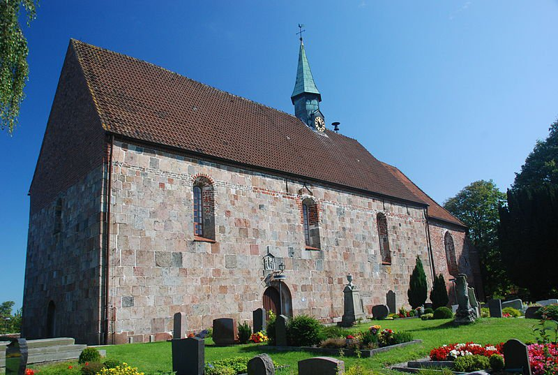 Kirche Wiarden. Foto: Jungkind   https://commons.wikimedia.org/wiki/File:Wiarden_church.JPG?uselang=de